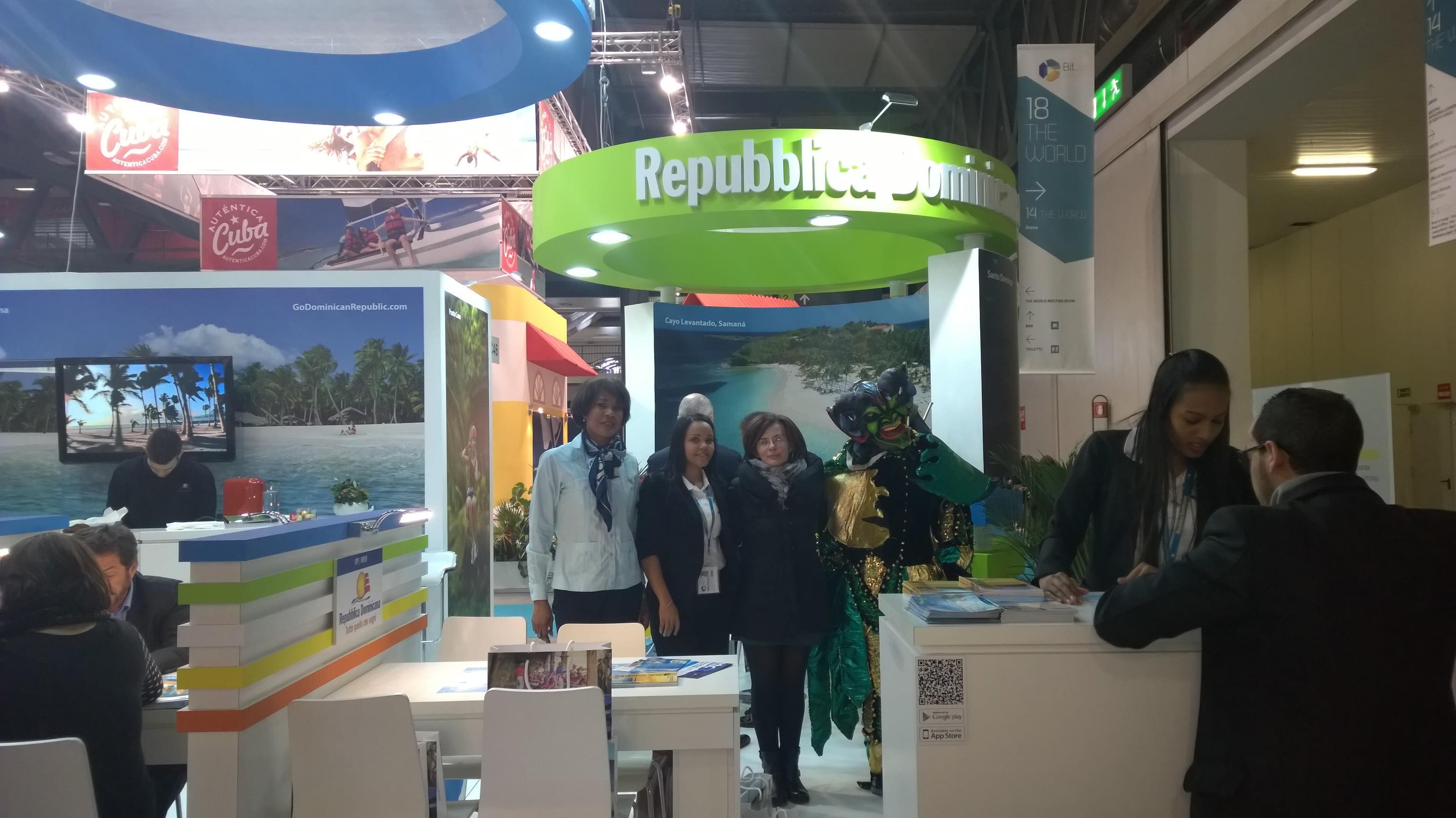 stand della repubblica dominicana con staff durante la fiera bit dove si è parlato di ecoturismo a santo domingo
