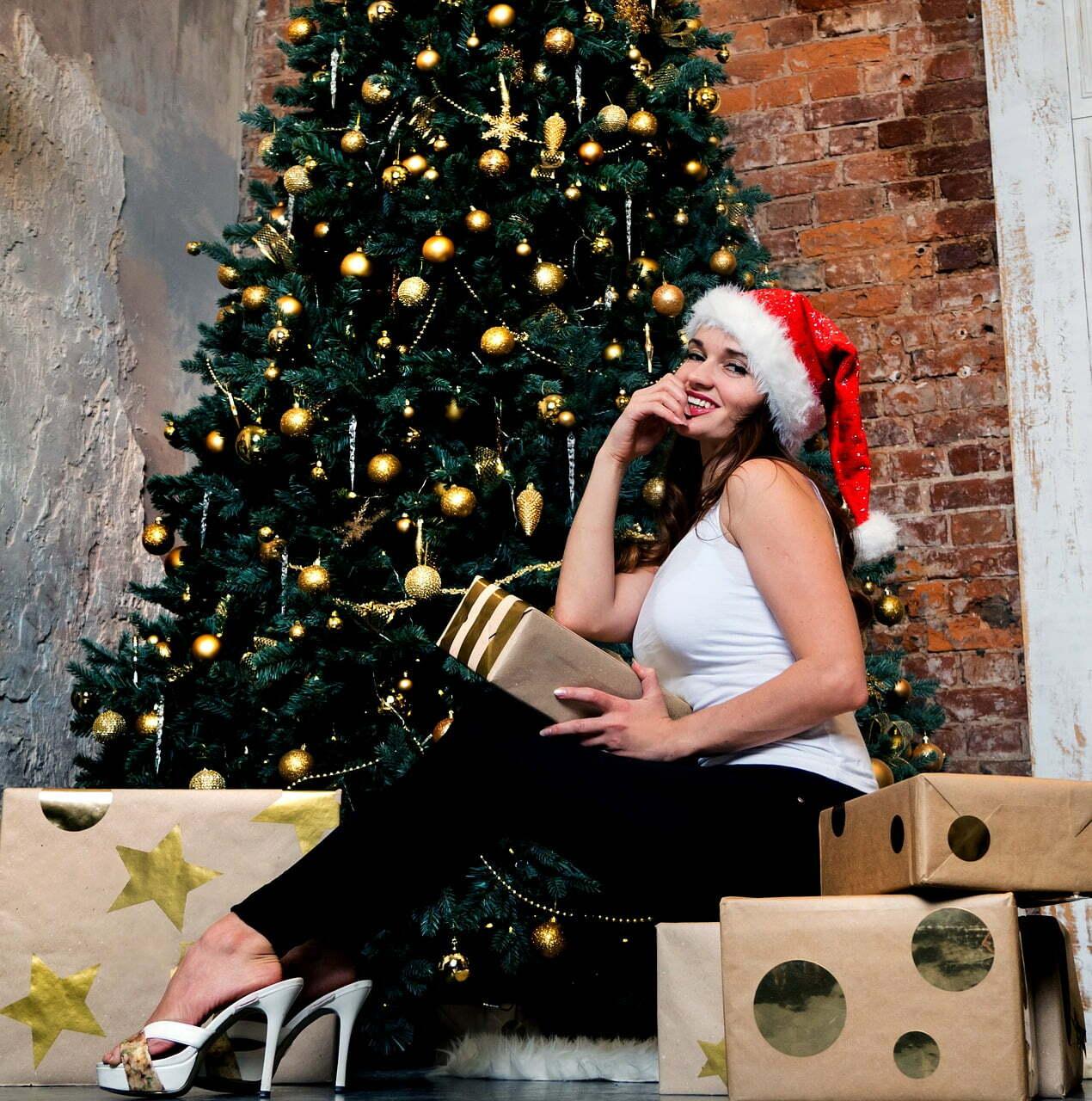 donna con regali di natale