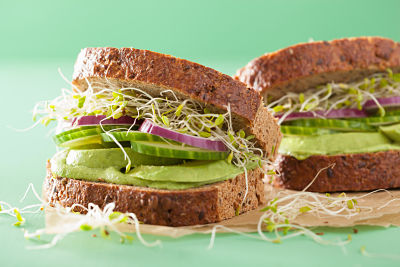 sandwich gustoso con avocado, olio e sale