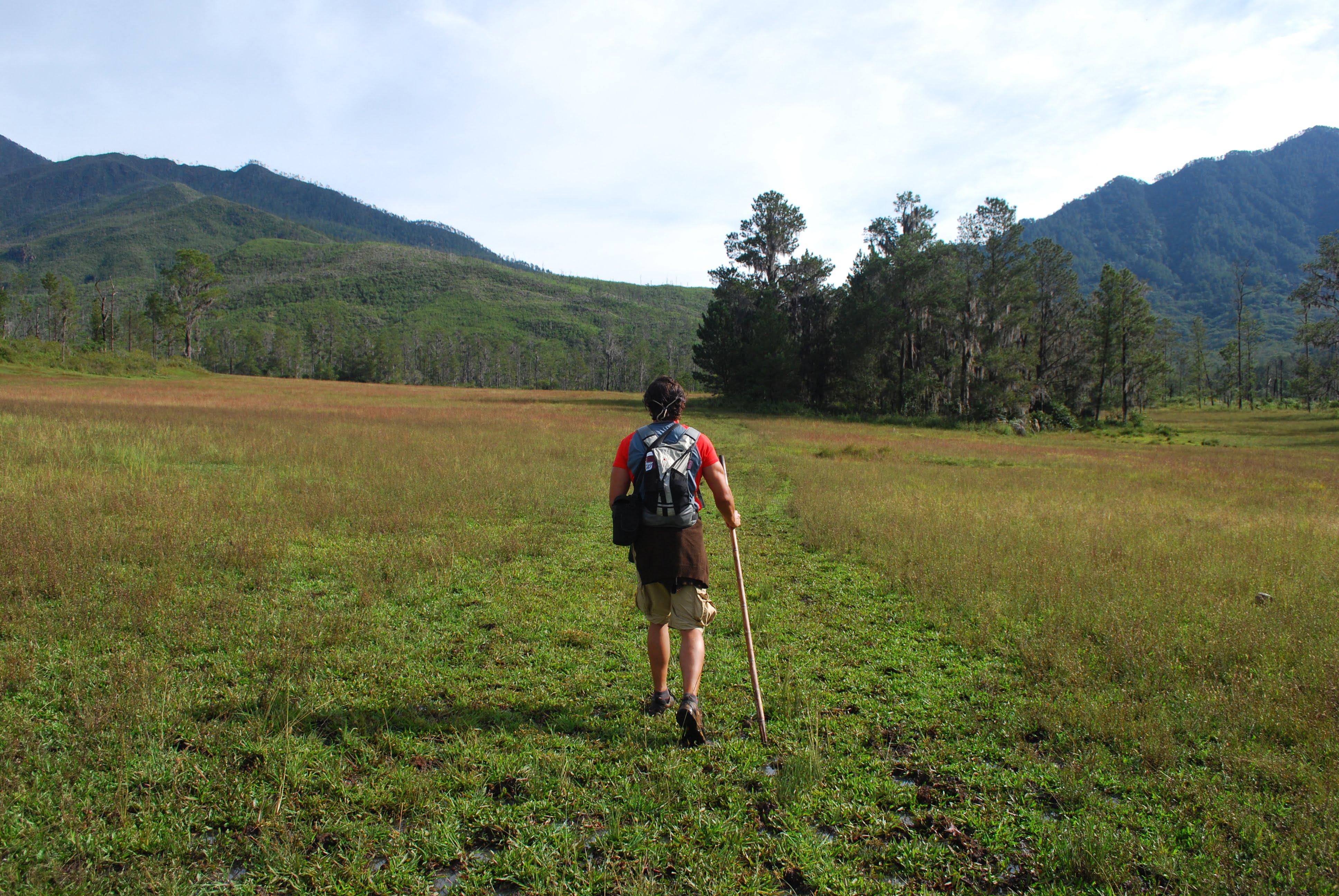 persona che cammina in montagna a dimostrazione che si possono fare vacanze alternative in Repubblica Dominicana