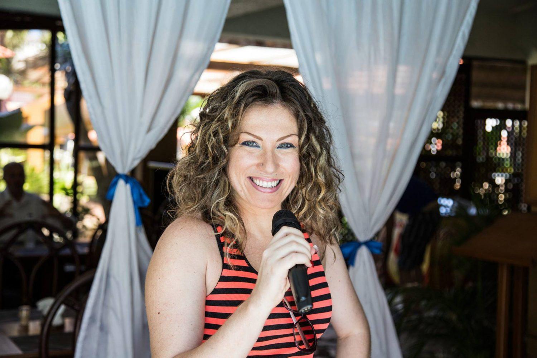 donna con microfono in mano: da pugliese a cittadina dominicana