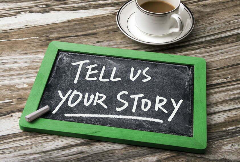 una lavagna con scritto di raccontare la propria storia imparando a scuola di scrittura di viaggio