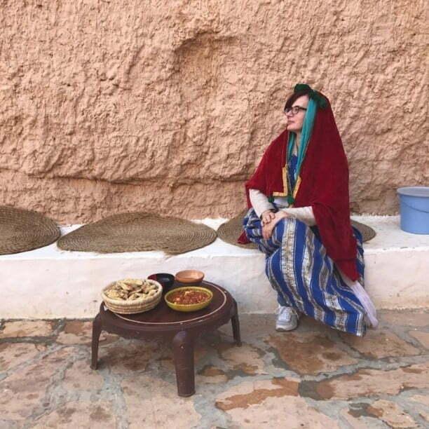 donna italiana travestita da berbera che testimonia la sicurezza a djerba