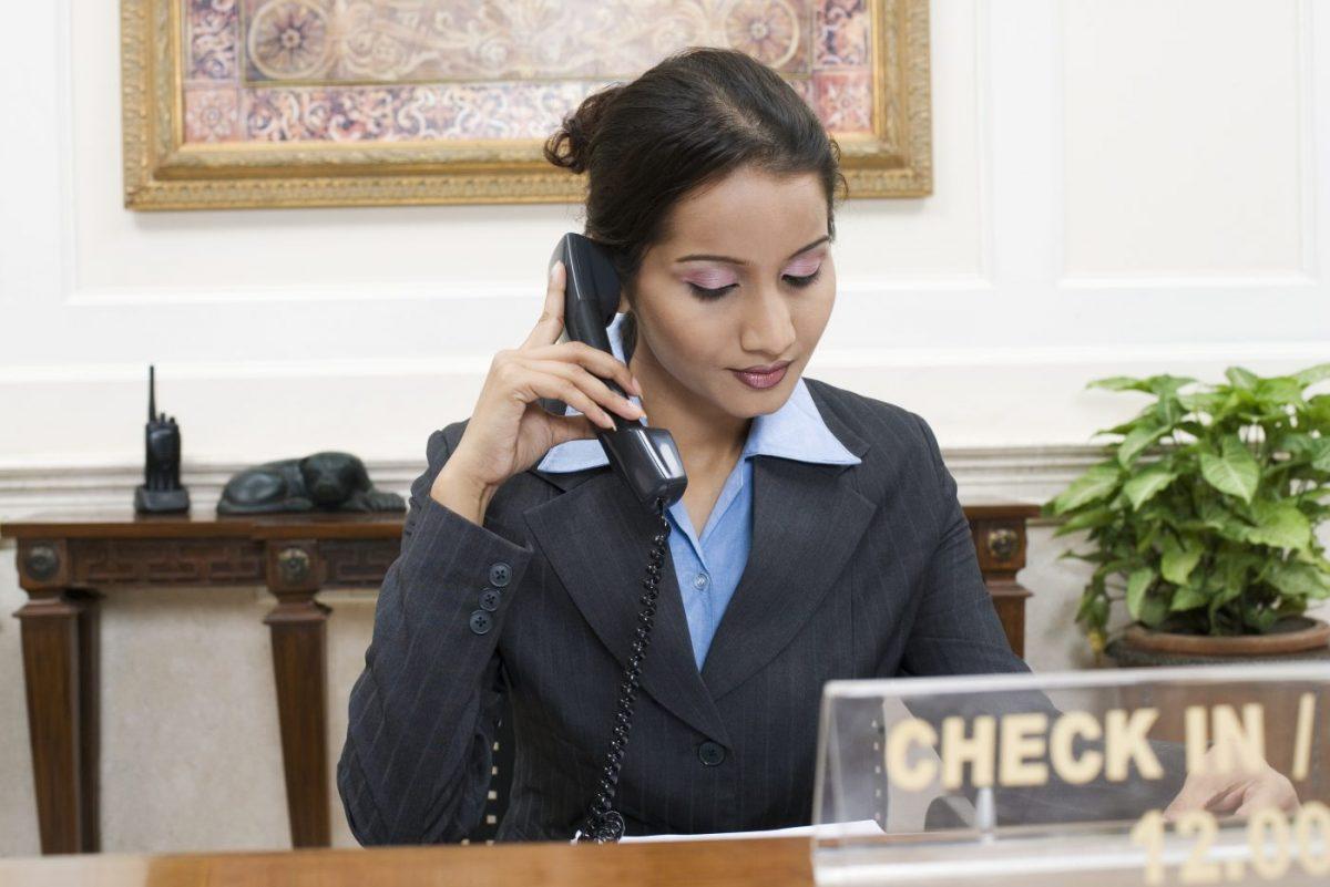 donna al telefono che mette in pratica trucchiper prenotare on line un hotel risparmiando