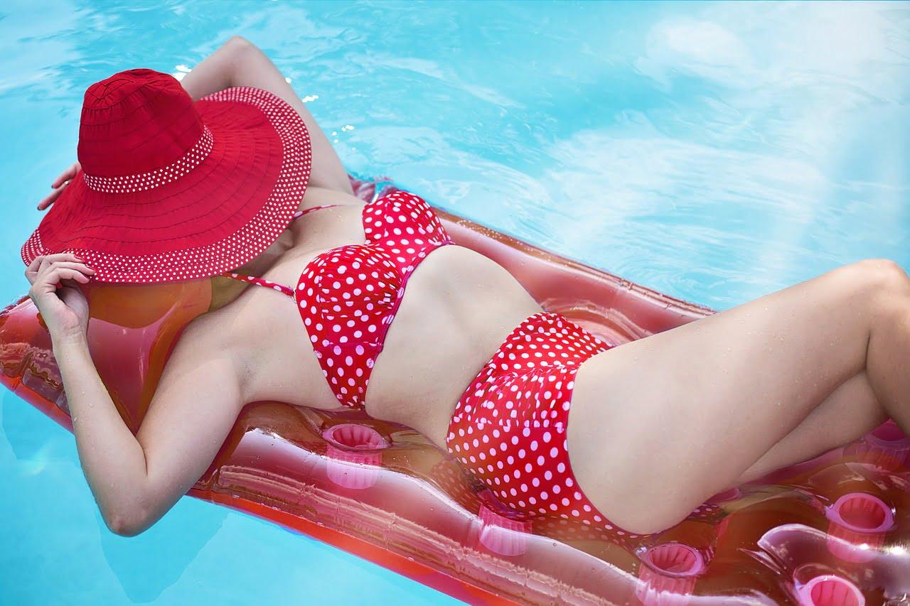 donna che prende il sole: come prevenire e curare le scottature