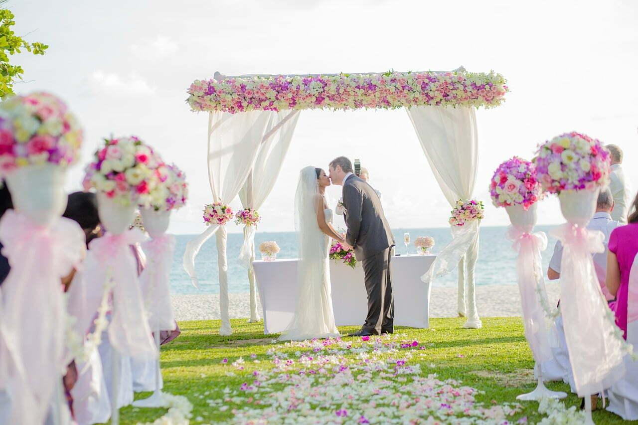 sposarsi su una spiaggia in repubblica dominicana come questa coppia