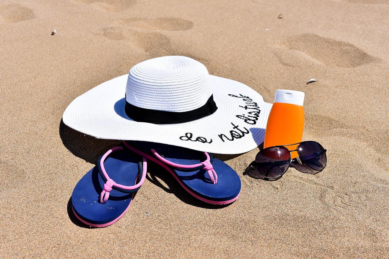 Come eliminare le macchie scure sul viso: per esempio proteggendosi bene dal sole