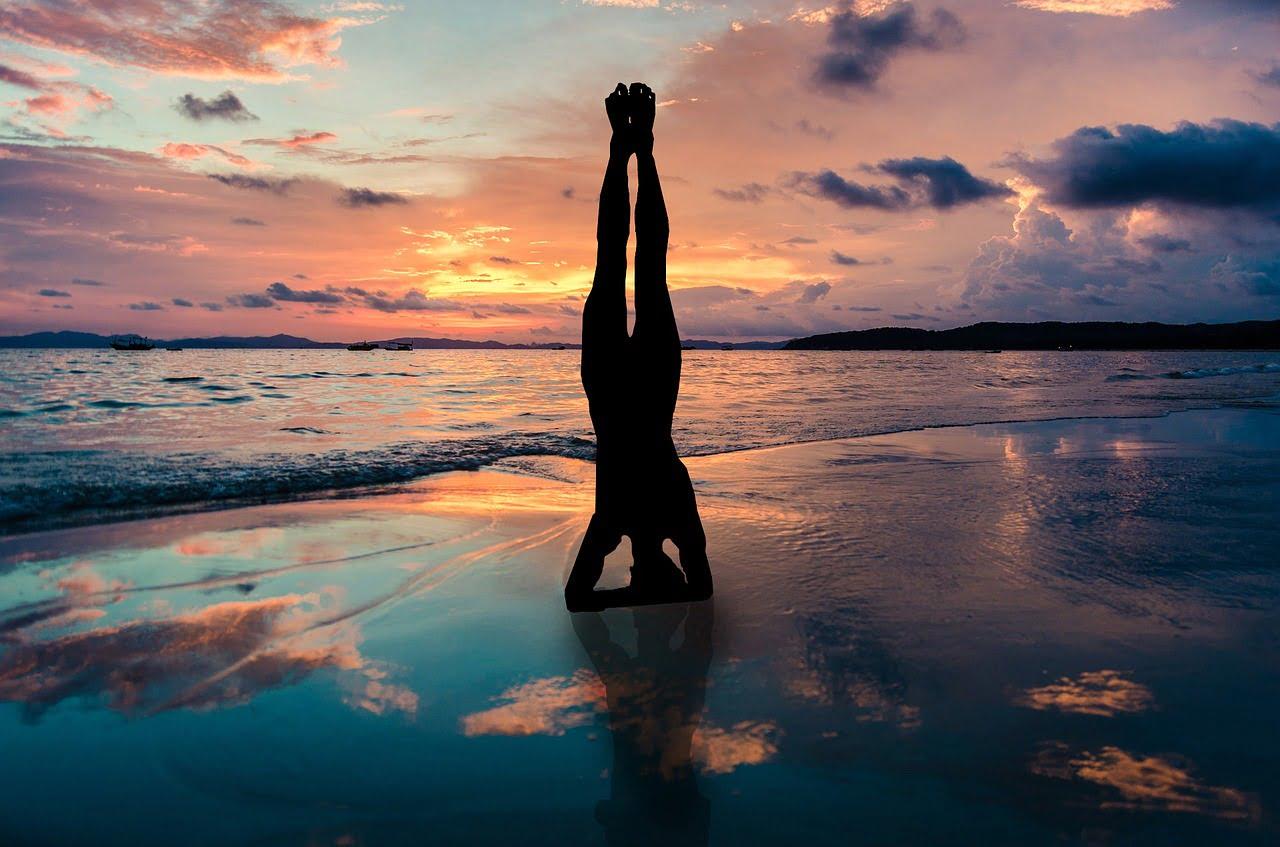 dove e come ritrovare energie in Repubblica Dominicana: per esempio, facendo yoga sulla spiaggia al tramonto